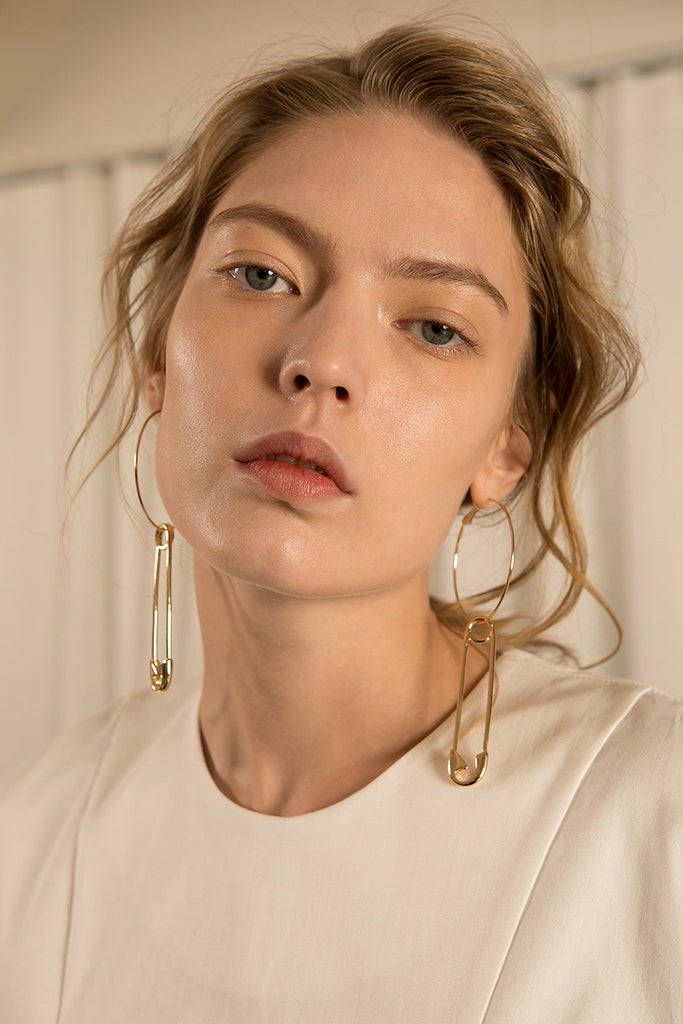The Pololu, a pair of safety pin attached to big hoops. Sold as a set.