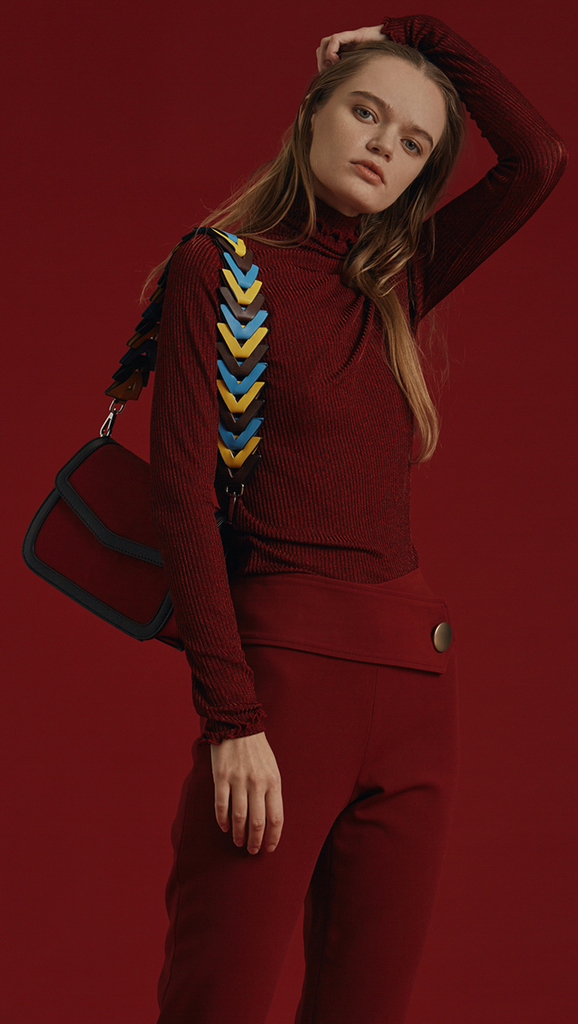 Maloné is a lightweight turtleneck knit in metallic bordeaux. With a ruffle neck cuff detail. Designed to be slim fit.
