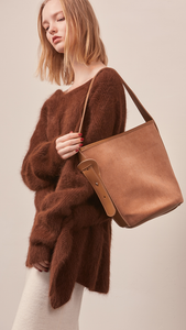 The Merette shoulder bag in camel corduroy with top handle in adjustable fastening.