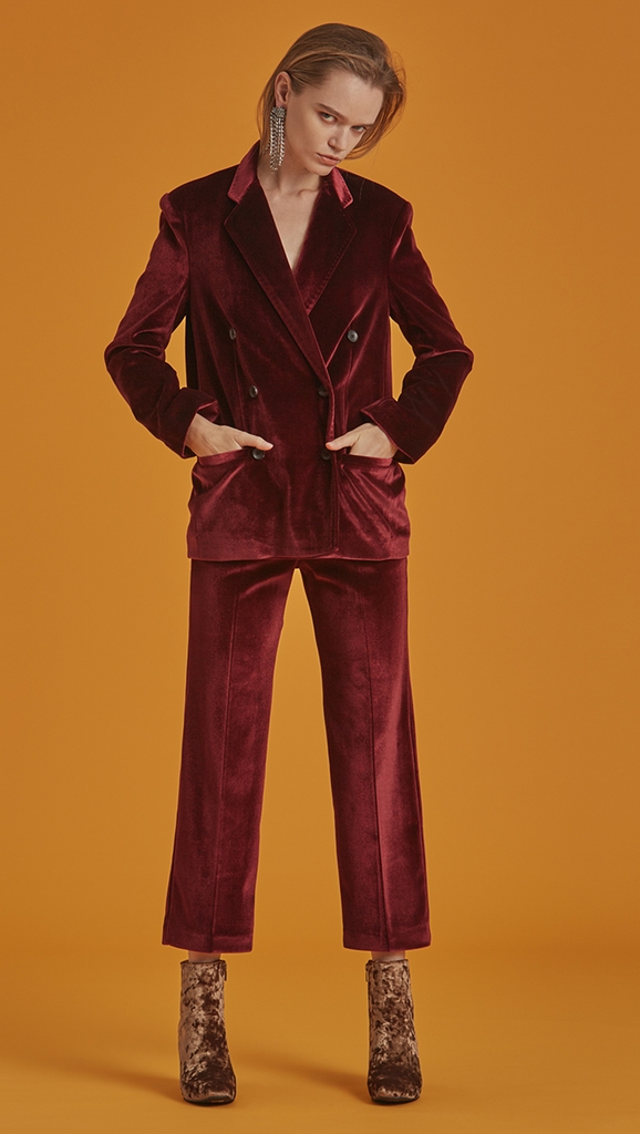 The Roberta is a slim blazer in Bordeaux. With a classic with notched lapels, long sleeves, double button placket, two welt pockets at lower front. Soft fine velvet. Straight hem and a standard fit.