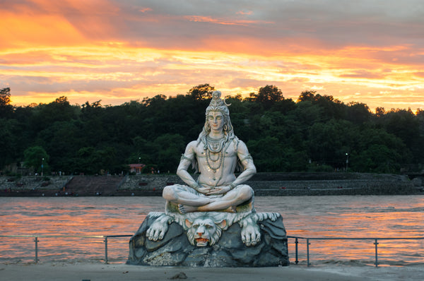Lord Shiva Statue am Ganges Fluss in Rishikesh