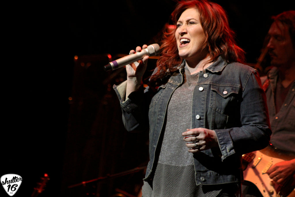 Jo Dee Messina lifts up central PA