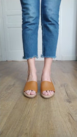 Video laden en afspelen in Gallery-weergave, Cognac Brown Sandals