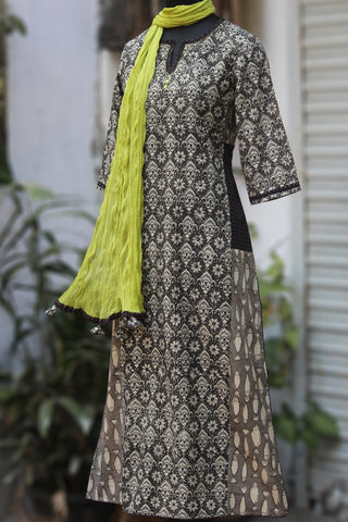 side panel kurta - white lillies & the grey fins