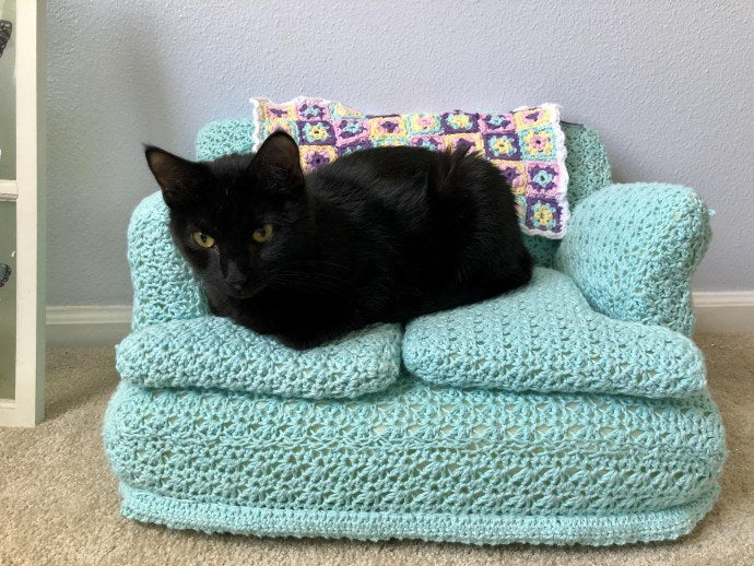 People Are Crocheting Tiny Couches For Their Cats, And The Results Are Adorable