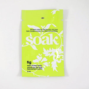 One lime green sachet of Soak rinse-free laundry liquid on a white background (Fig scent)