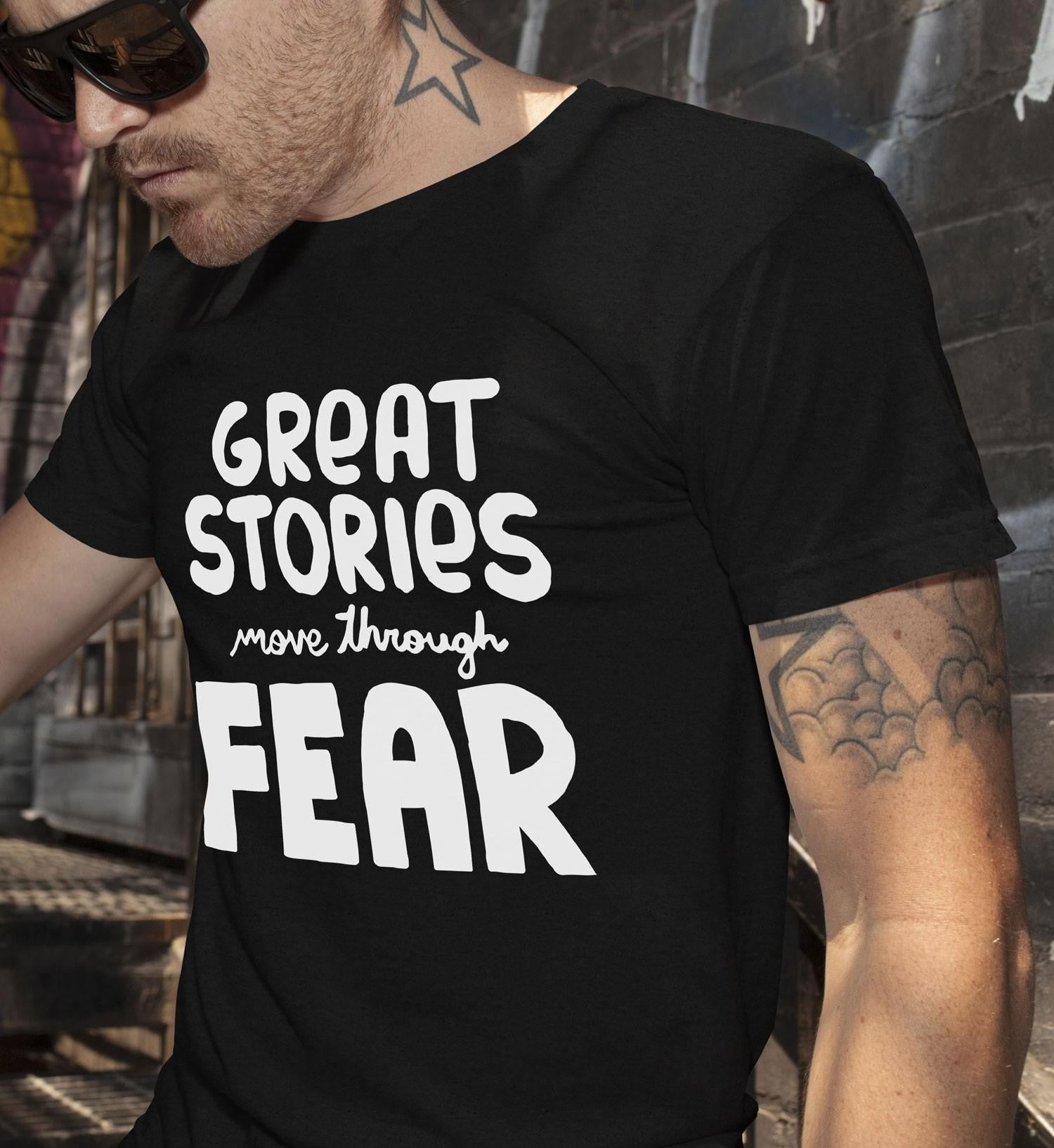 Great stories move through fear férfi póló