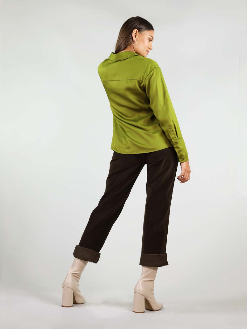 Full back body view of the classic-oh shirt in autumn green. Lose fit around shoulders and collar. 100% breathable Tencel fabric, giving full comfort.