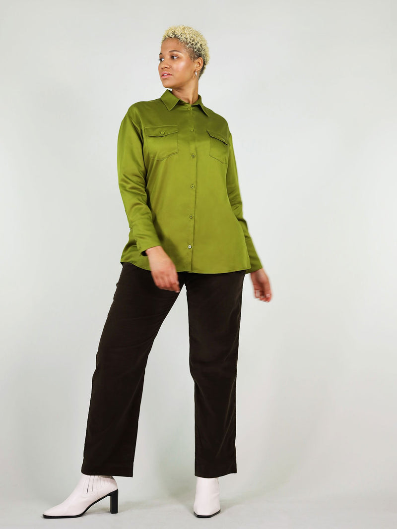 Full body shot of the classic-oh shirt in autumn green. Lose fit, breathable fabric. Buttoned up with two large front pockets.