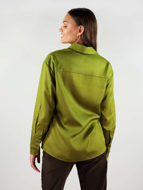 Back shot of the classic-oh shirt in autumn green colour. Relaxed shoulders and lose collar. Over hips length, looking good when worn over trousers.