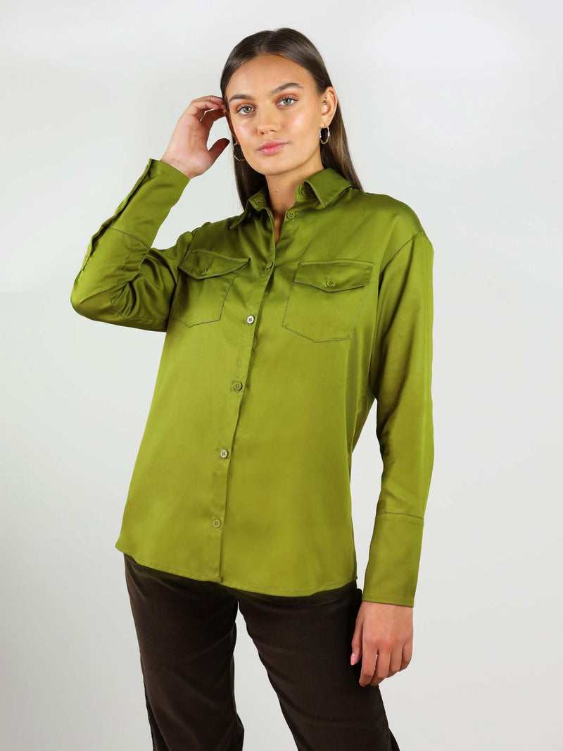 Classic-oh shirt comes in autumn green. It has comfortable fit around the waist, hips and collar. Two front large pockets at the front and buttons on the wrist.