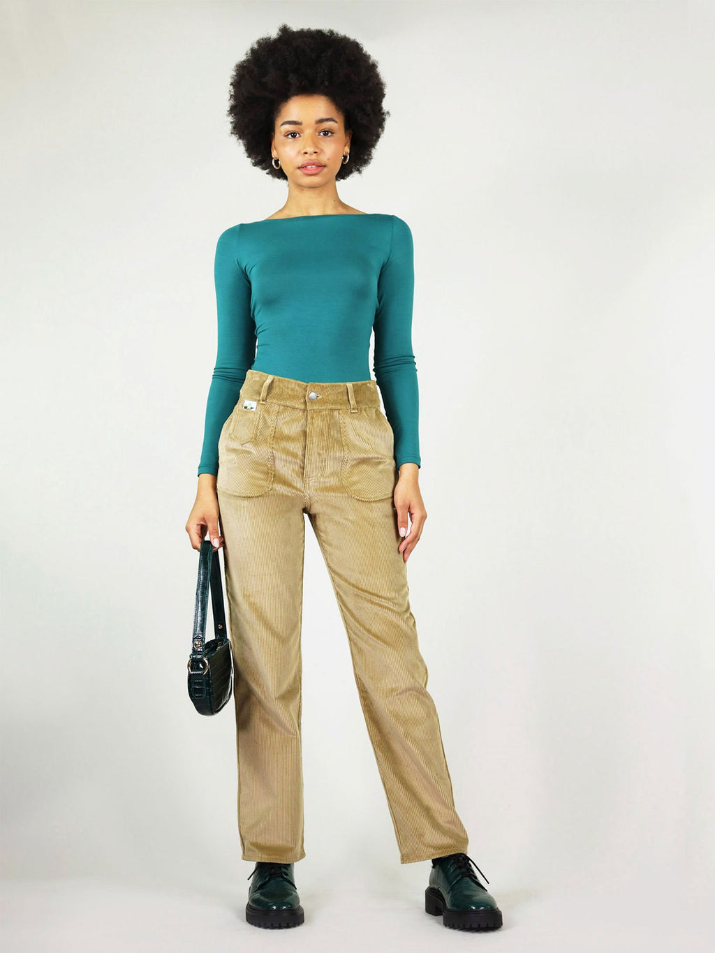 Corduroy trousers in autumn beige. They are high waist, straight leg and button fastening. Large side pockets, woven logo at the front pocket and button loops.