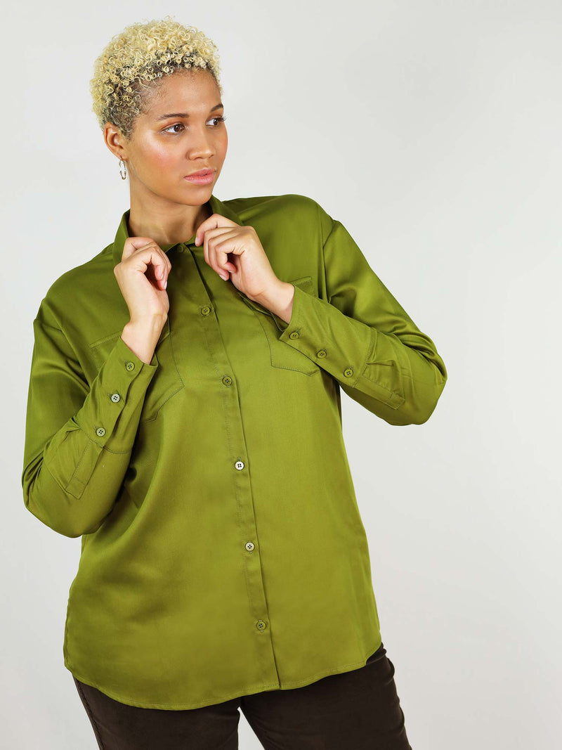 Front view of the green autumn classic-oh shirt. Buttoned up in the middle, two front large pockets and buttoned up collar. Comfortable fit, giving you enough space around hips and waist.