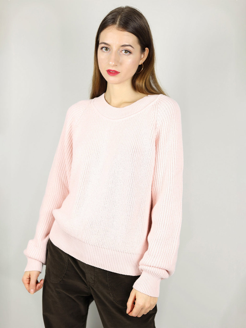 Comfortable fit, slightly oversized and warm knit. Misty pink, the organic sweater comes with long sleeves and crew neck.