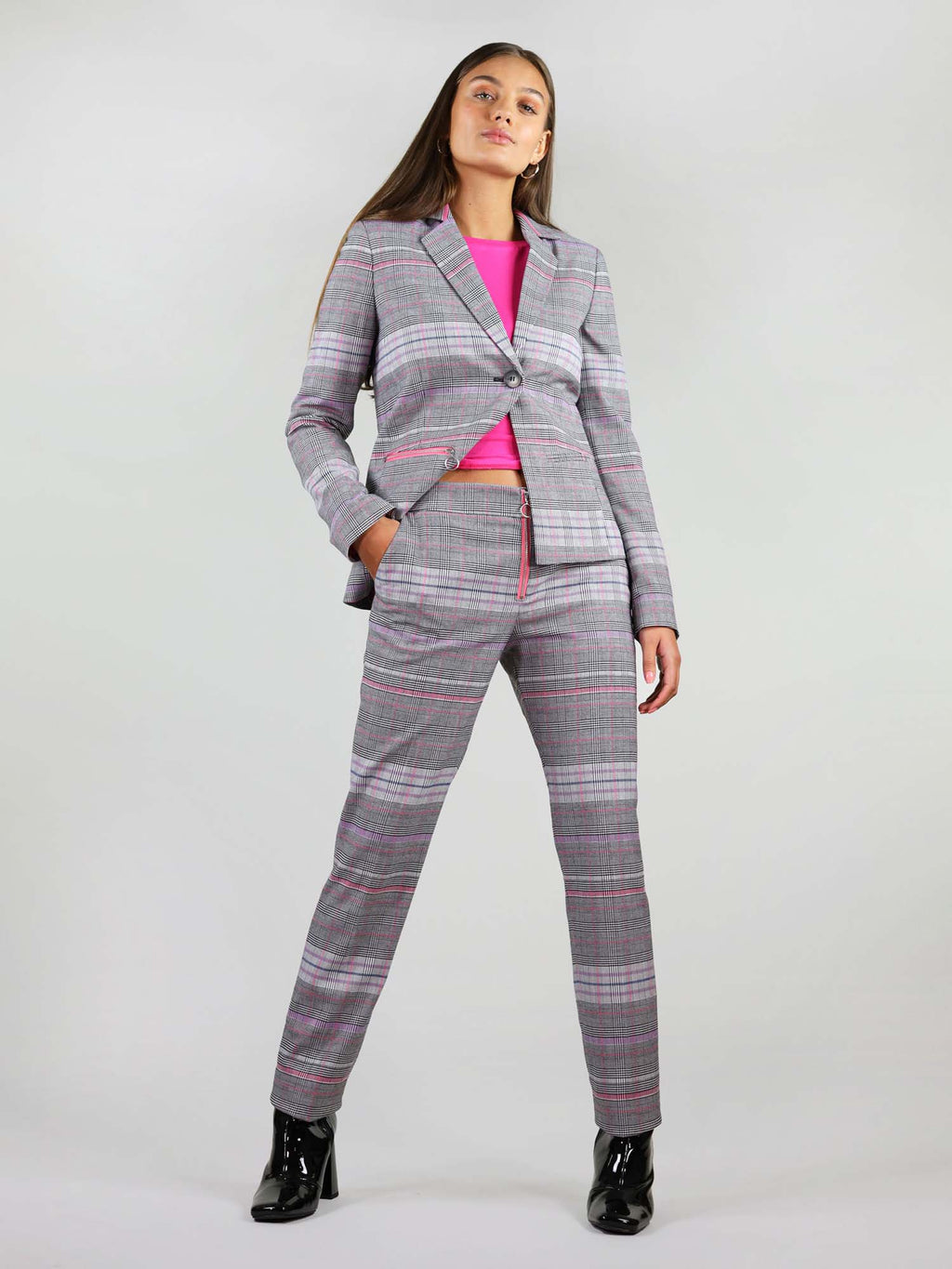 The revivify trousers come in grey and pink checker fabric and bright pink details. They are straight leg fit and have two slant pockets.