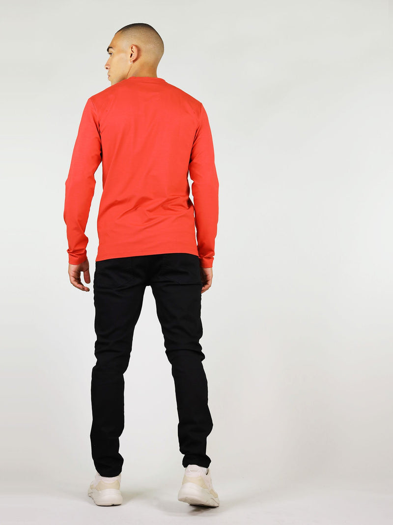 Relaxed shoulders and regular fit, men's long-sleeve tee in red is perfect for everyday wear. Guaranteed to keep you warm as it is made from heavy-weight materials.