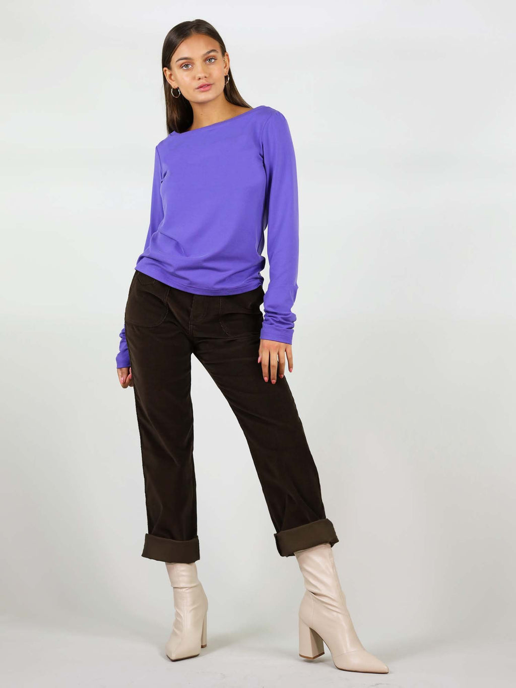 The purple Sunday blouse has regular fit and it is a heavy-weight top. Round neck and extra long sleeves.