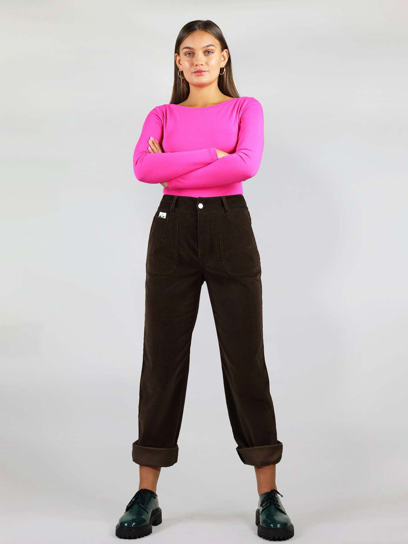 Stretchy and comfortable 100% organic cotton, very easy to roll up. Button fastening, belt loops and large pockets on the side. High waits and straight leg fit silhouette.