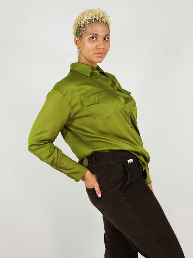 Side view of the classic-oh autumn green shirt. 100% Tencel fabric, easy to tuck in. Lose fit, giving a casual, comfortable look. Front pockets and side buttons on the wrist.
