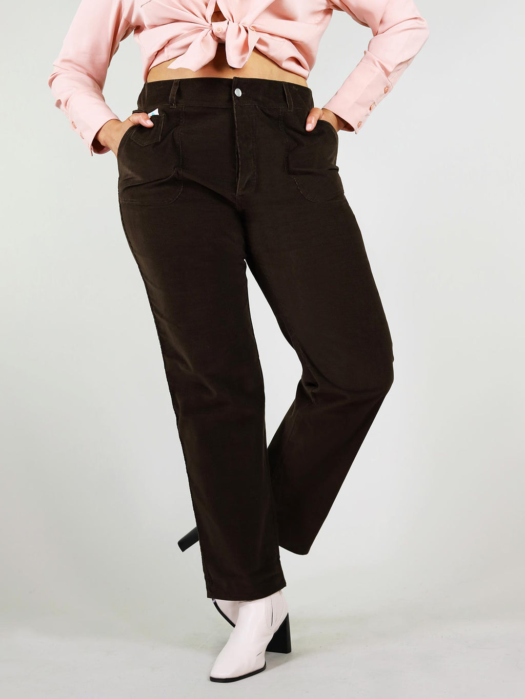 Front view of the classic black corduroy trousers in size xl. High waist and straight leg fit with two large side pockets. Button fastening, logo on the left front side and belt loops.
