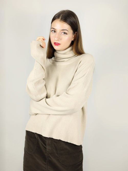 The beige turtleneck has extra long sleeves and roll neck pullover, guaranteed to keep you warm. It has loose fit, comfortable wear.