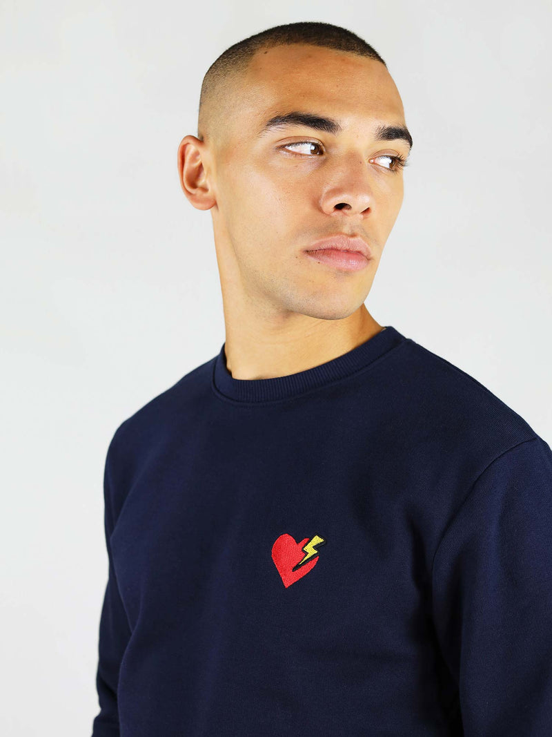 Heart and thunder embroidery on the navy heart organic sweatshirt. Regular fit and crew neck.