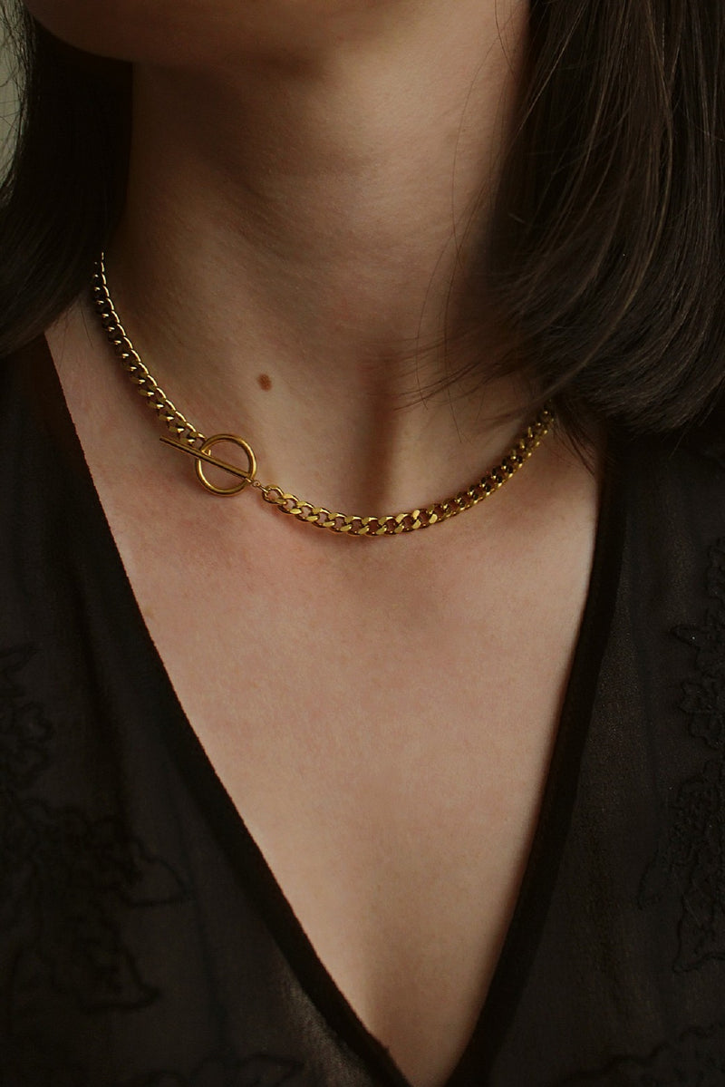 18k Gold T Bar and Circle Toggle Chain Necklace