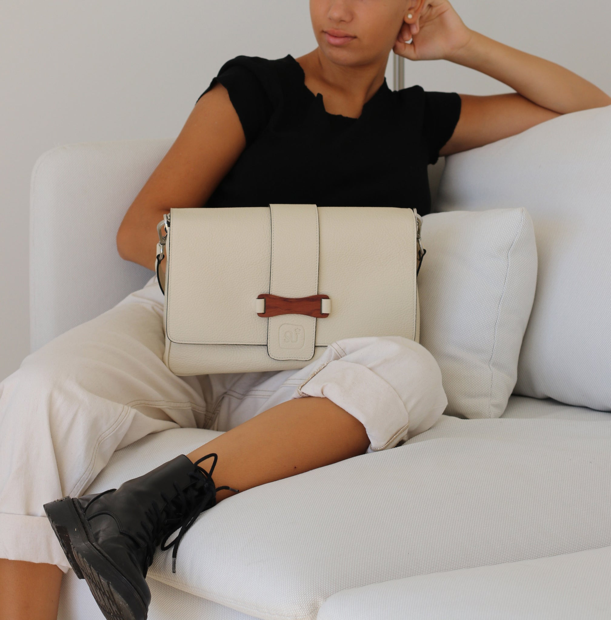 Bags-by-Sumageza-SU-Bubinga-ladies-bag-elegant-shoulder-bag-in-beige-calf-leather-presented-by-young-lady-on-beige-couch