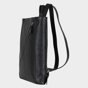Bags-by-SUMAGEZA-SU-Backpack-slim - backpack-black-calf leather, front view-4, turned 45 degrees to the left, slim form with a long diagonal zip as an eye-catcher.