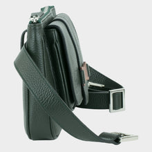 Load image into Gallery viewer, Bags-by-SUMAGEZA-SU-Le-Double-Crossbody-dunkelgrün-Kalbleder, Seitenansicht-5, schmale Damentasche, mittels abnehmbaren Trägers auf 4 Arten zu tragen Tasche.