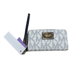 Primary Photo - BRAND: MICHAEL KORS STYLE: WRISTLET COLOR: WHITE SIZE: MEDIUM OTHER INFO: WHITE BLUE MONOGRAM WRISTLET SKU: 207-20712-14811