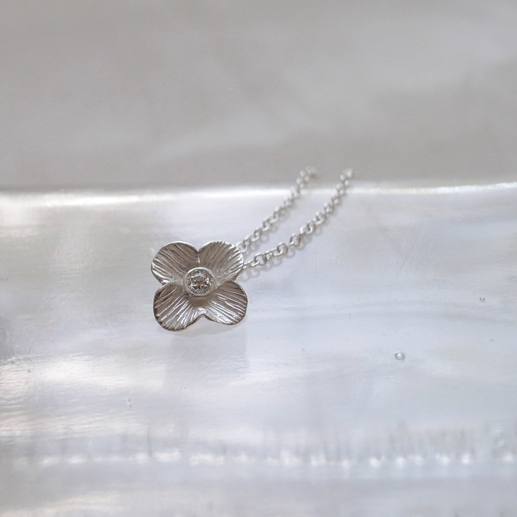 Flower necklace with diamond