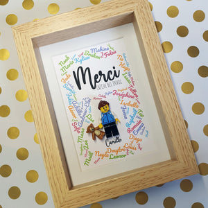 A framework to thank their colleague who carried out a brilliant replacement in their nursery. A touching gift for this young woman who has successfully completed her first professional experience! The first names in the background are those of the children of the nursery! Customize your custom Lego frame online! #creche #thank you #thank you #Lego #child #Children #Happy children #Crib #Kindergarten #Educator #Educator #lesportraitsdefelie