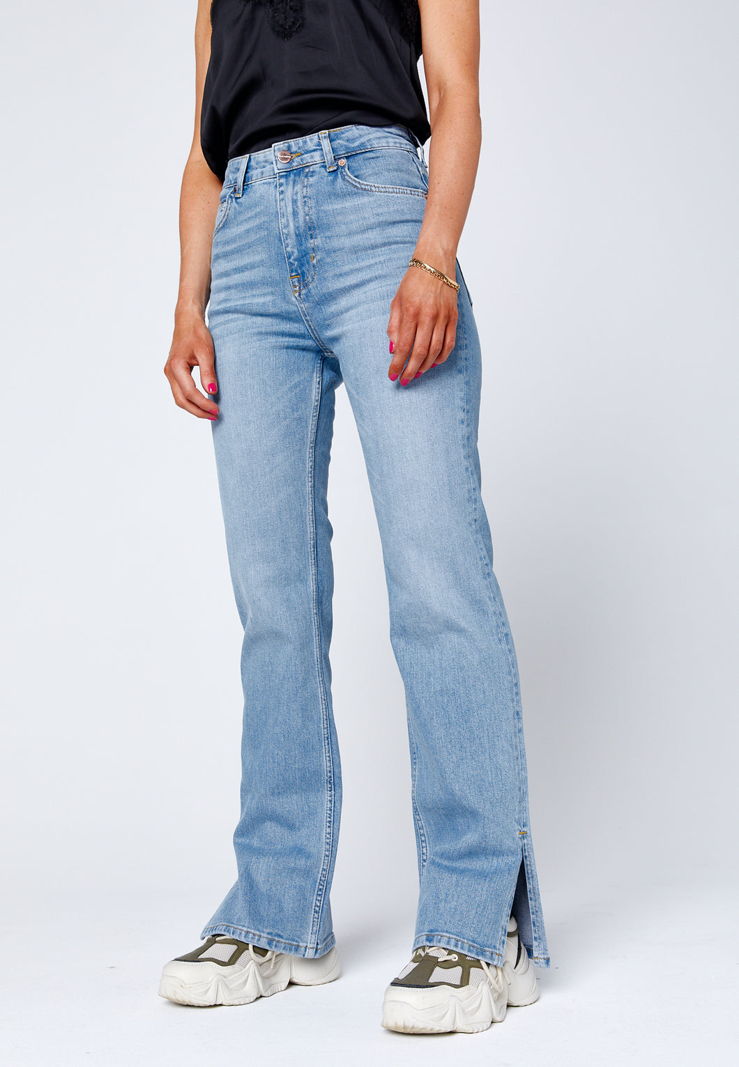 Straight jeans with slit in light blue denim. jeans med slits.
