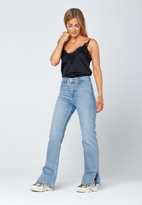 Straight jeans with slit full body image. Jeans med slits.