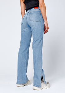 Straight jeans with slit backside. Jeans med slits baksida.