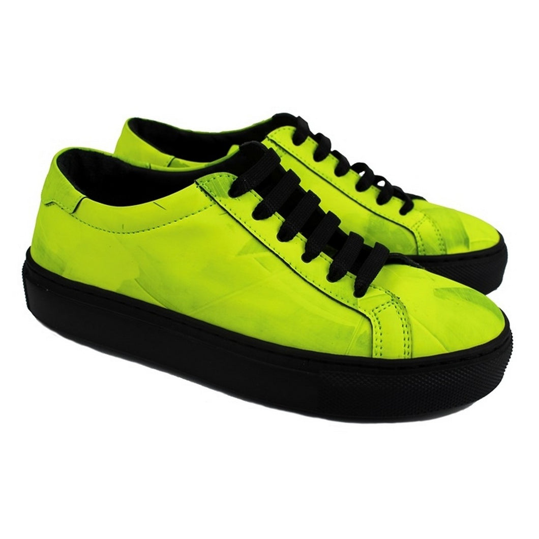 Sneaker in black leather with yellow fluo patina