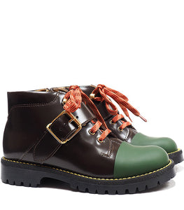 Single buckles boot in brown calf leather with green rubber tip