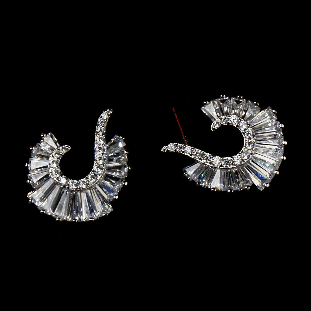 DIAMOND CURVED EARRING