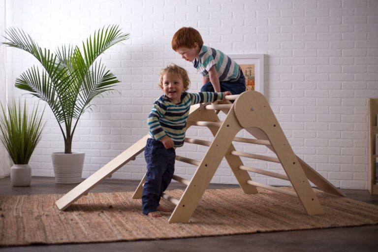 Children playing with pikler triangle