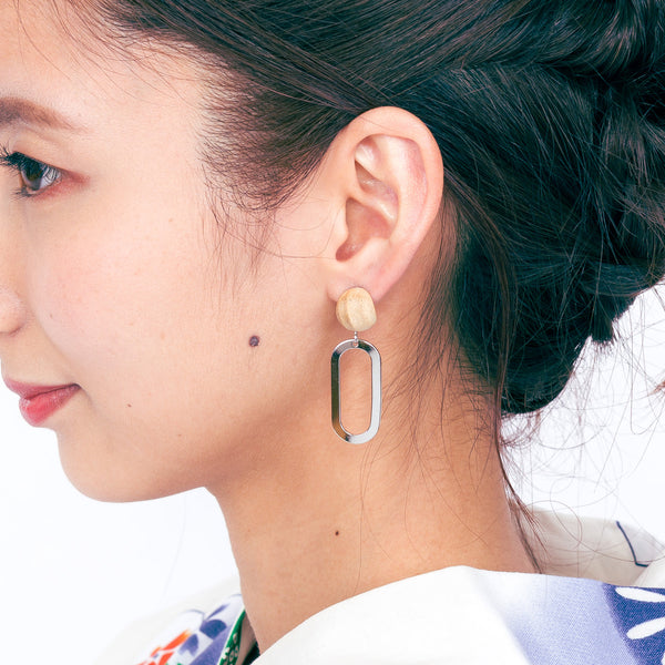 Kyu x Oval Earrings White Ash Silver Titanium