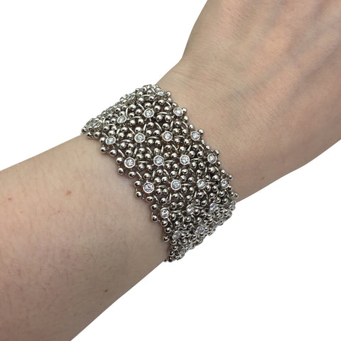 Bracelet manchette souple en or blanc, diamants.
