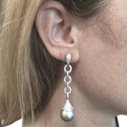 Boucles d'oreilles pendantes en or blanc, diamants et perles.