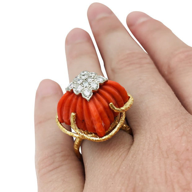 Bague en or jaune, platine, corail et diamants.