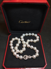 "Collier de perles Cartier collection ""Agrafe"", fermoir en or blanc et diamants."