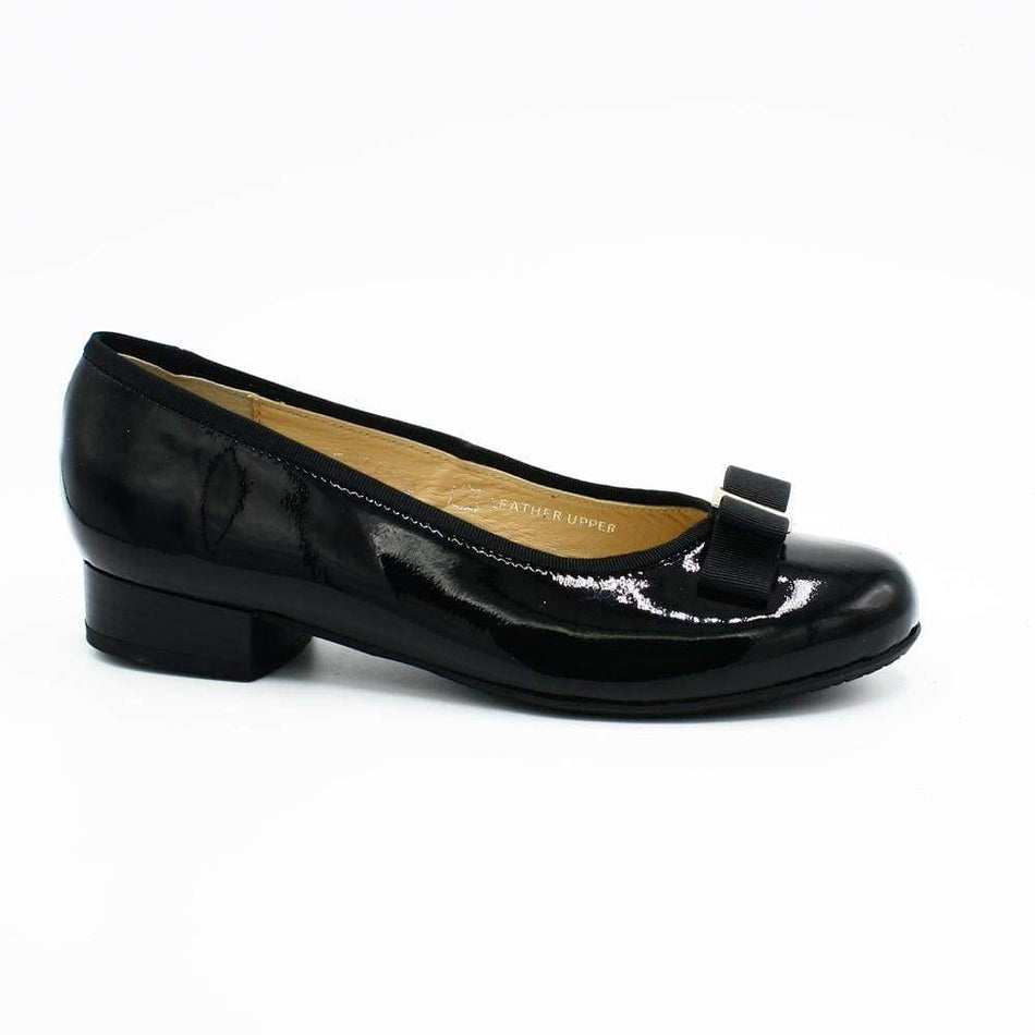 Black slip-on pump for women