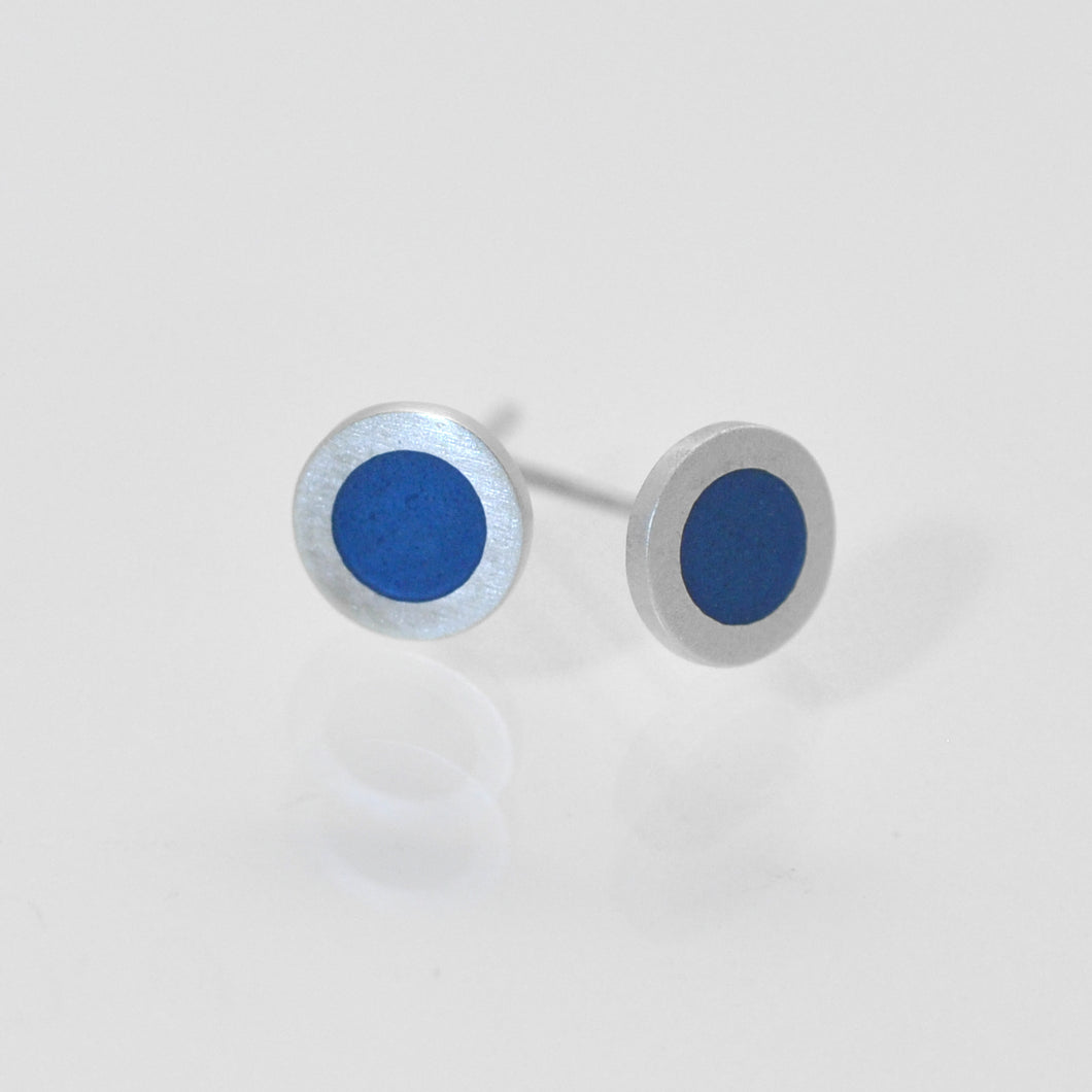 Small flat round ear studs with mid grey- bluecoloured enamel in the centre