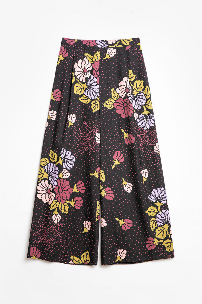 A relaxed, wide leg pant in a signature Obus large floral print