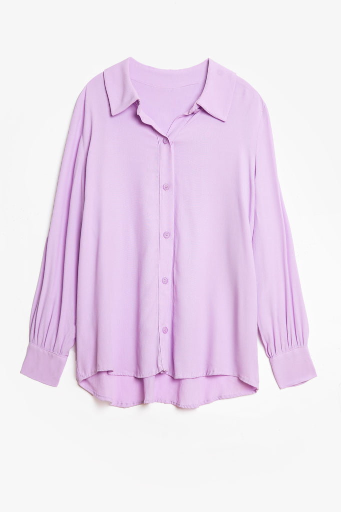 A drapey women's shirt in lilac. Made from viscose