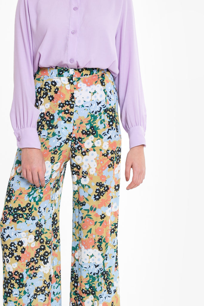 A flowy, wide leg pant in viscose in a floral obus print